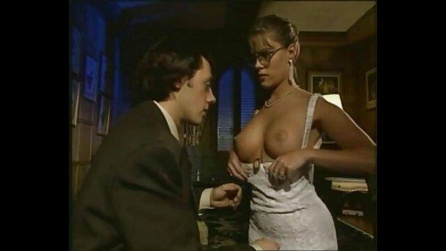 Dorosły bez rejestracji  Dwa muły Plast z członkiem, pasja siedzieć z męskim członkiem, puszczając dym erotyczne filmiki hd