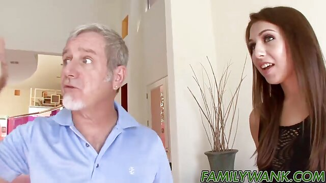 Dorosły bez rejestracji  Moja macocha uczy córkę jeździć do włosów w darmowe porno hd spodniach, matka i córka w garażu